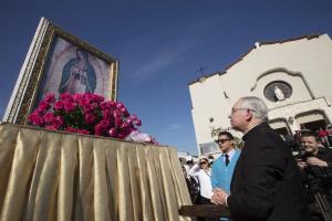 Feligreses honran a la Virgen de Guadalupe en el Este de Los Ángeles